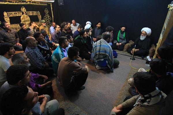 سماحة المرجع النجفي خلال استقباله الزائرين الإِيرانيين