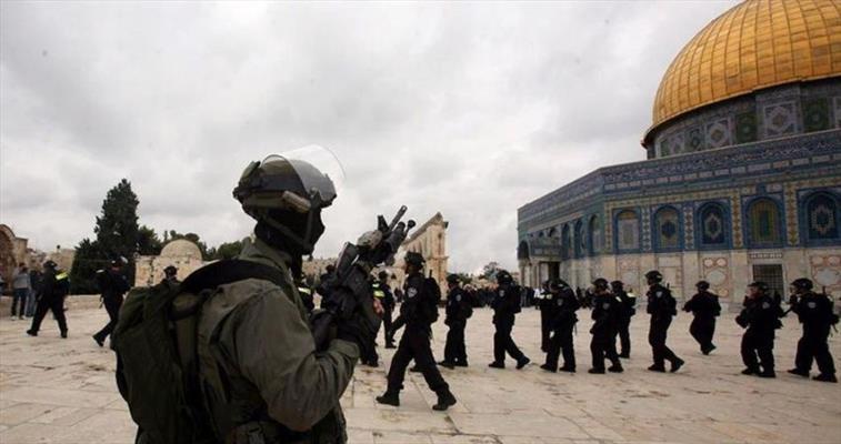 الإحتلال يغلق الأقصى و الشبان يحرقون مقراً للشرطة الإسرائيلية