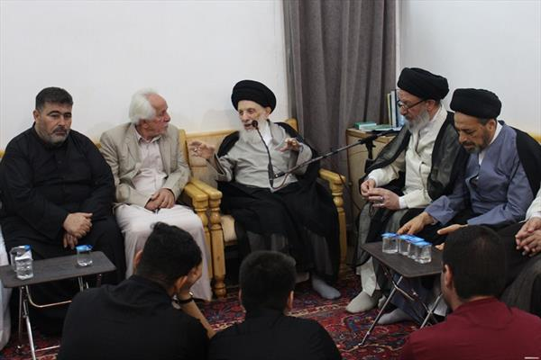 المرجع الديني السيد محمد سعيد الحكيم خلال استقبال لموكب النجف الأشرف