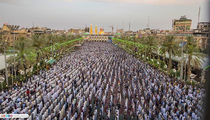 حشود الزائرين خلال صلاة العيد بجوار مرقدي الامام الحسين واخيه العباس(ع)