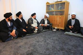 آية الله النجفي يستقبل وفد أسرة الإمام الخميني (ره)  ويؤكد على مكانة حوزة النجف