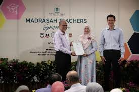 Muslim students pursuing social work receive awards from Muis