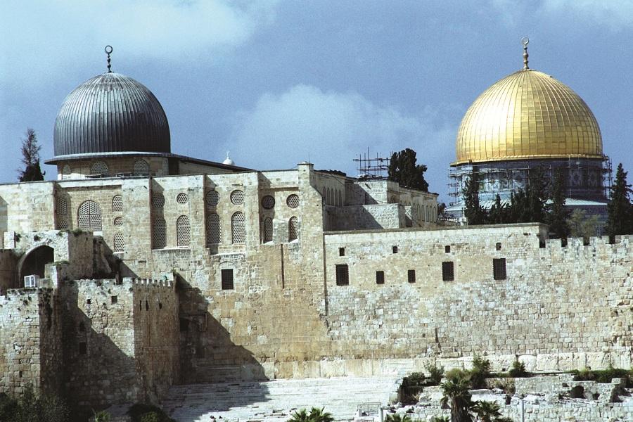 Dozens of settlers break into Al-Aqsa Mosque