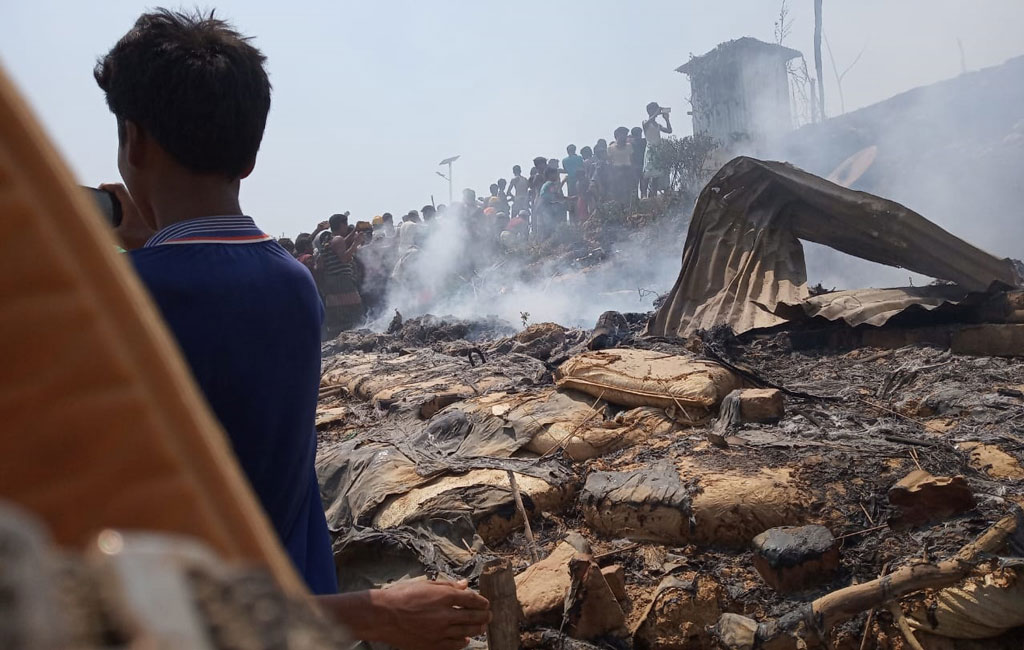 Fire at Kutupalong Rohingya camp guts ۳۰ houses, mosque