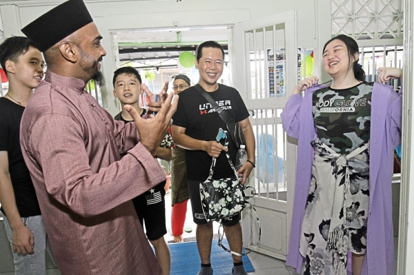 Mosque opens doors to tourists