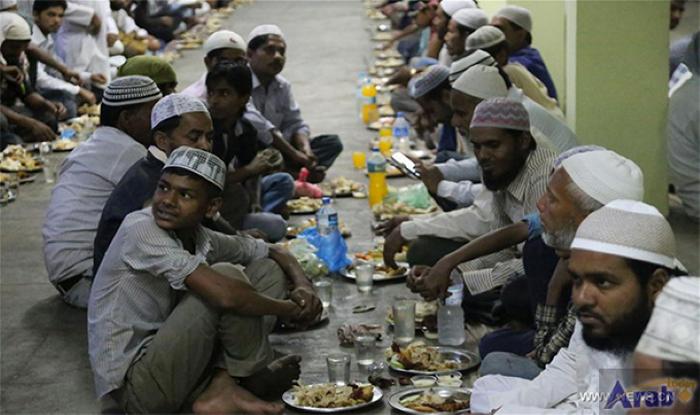 روزه داران اهل نپال در انتظار رسیدن زمان افطار