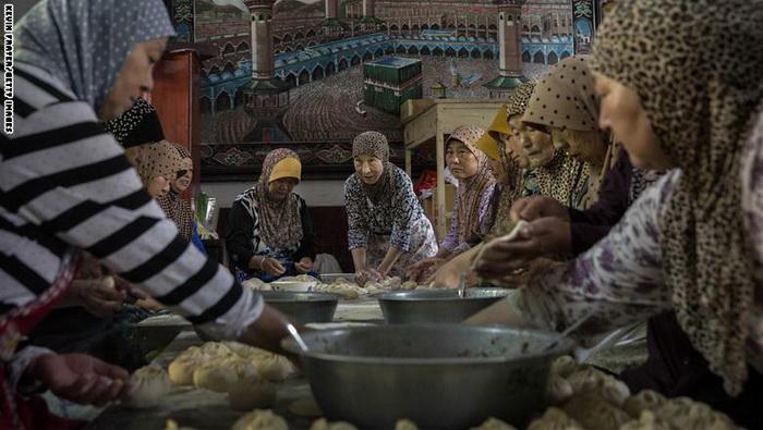 زن های مسلمان چینی در حال آماده کردن افطار در یک مسجد ویژه زنان در شما غرب چین