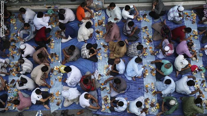 مسلمانان آسیایی بر سر سفره افطار در دبی