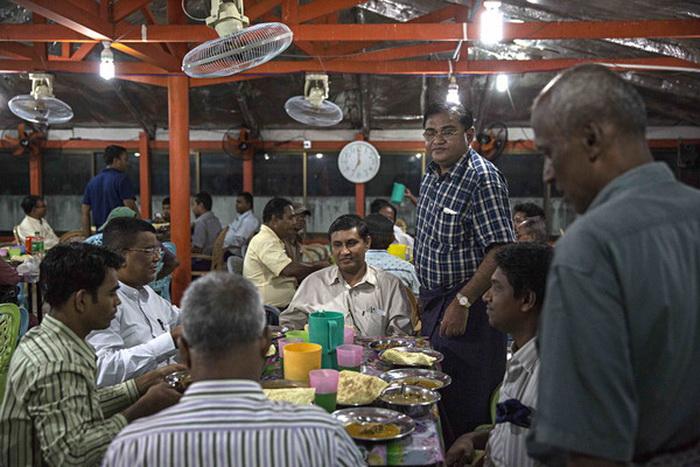 مسلمانان بر سر سفره افطار در مسجدی در شهر یانگون میانمار