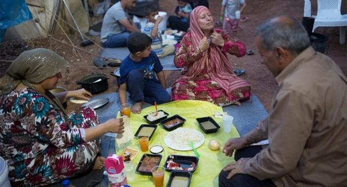پناه جویان سوری در اردوگاهی در یونان در حال افطار