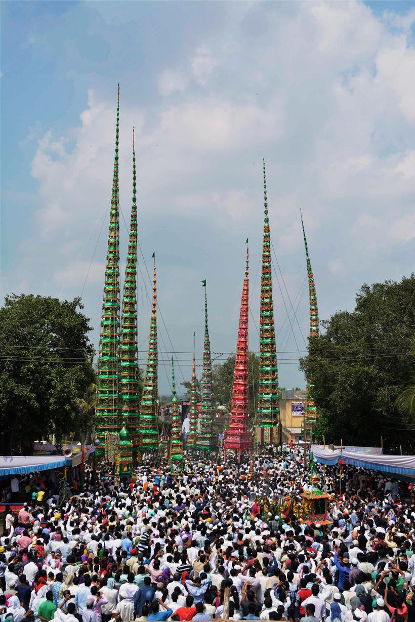 تجمع پیروان مسلمان- هندو در مراسم «تابوت» در روز عاشورا در روستای کادگان در سانگلی ماهاراشترا.