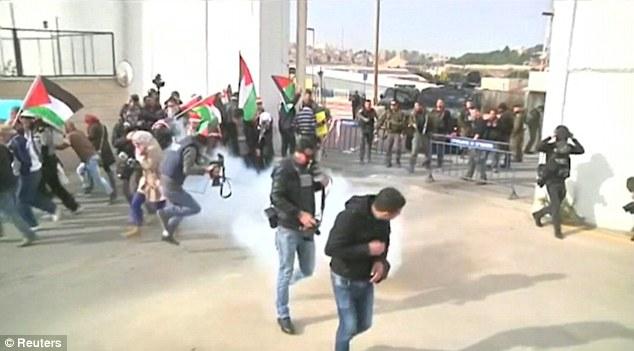 تصاویر حمله اسرائیل به راهپیمایی بابانوئل ها در فلسطین اشغالی