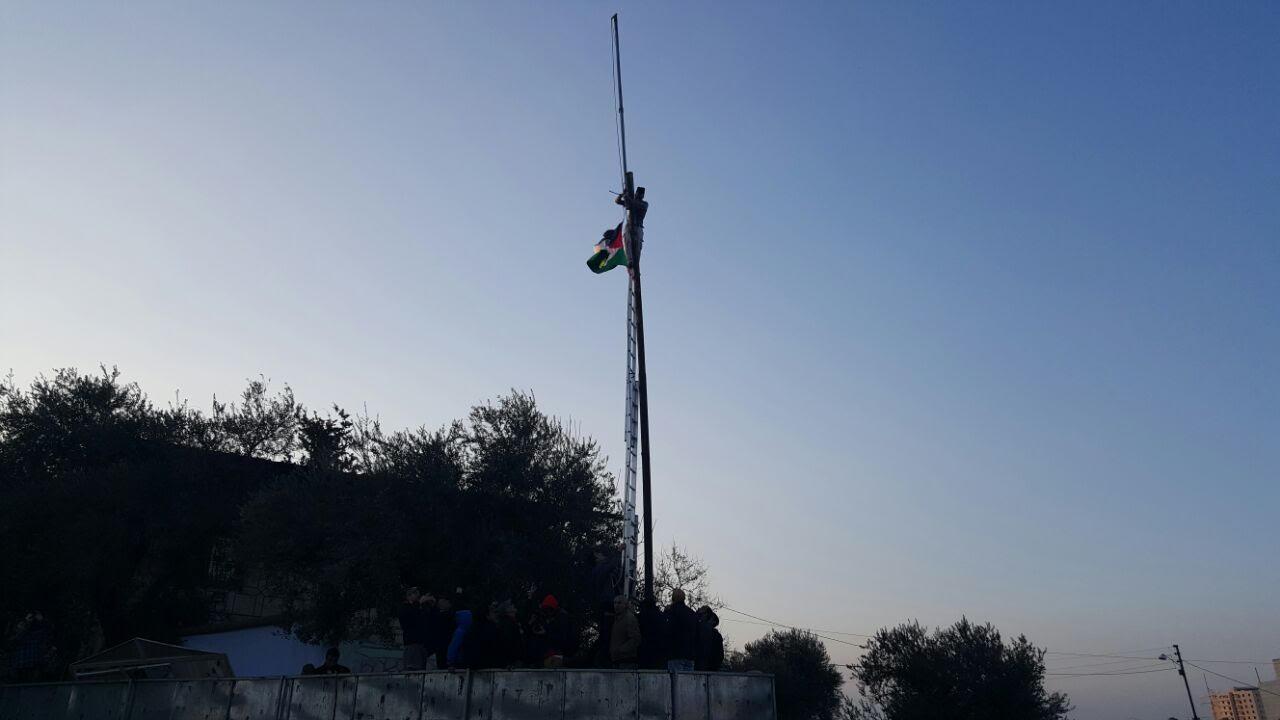 برافراشته شدن پرچم فلسطین روبروی شهرک صهیونیستی