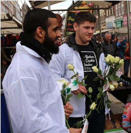 مسلمانان هلند گل رز به رهگذران تقدیم میکنند