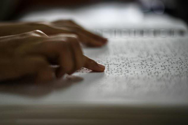 دانش آموزان نابینا در مالزی قرآن را با خط بریل حفظ میکنند + تصاویر