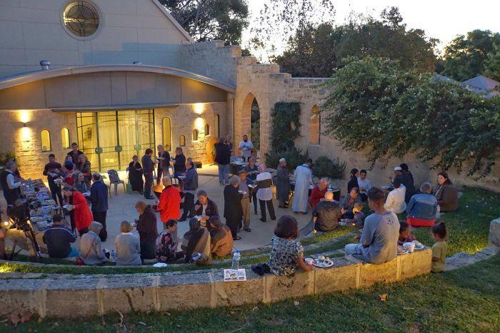برگزاری نماز جمعه و افطار در یک کلیسا