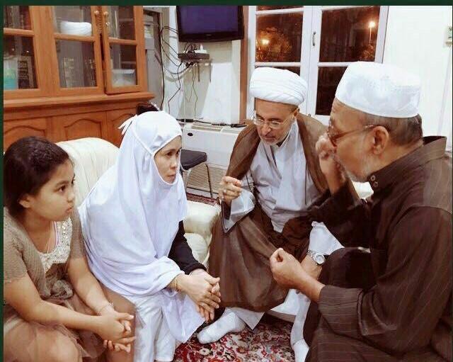 زن بودایی به دست حجت الاسلام الحسون در مسجد امام علی (ع) مسلمان شد