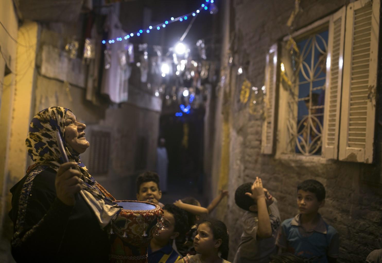 بانوی مسحراتی در مصر که روزه داران را برای خوردن سحری بیدار میکند