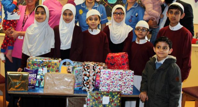 دانش آموزان مسلمان، اسباب بازی به کودکان بستری در بیمارستان اهداء کردند