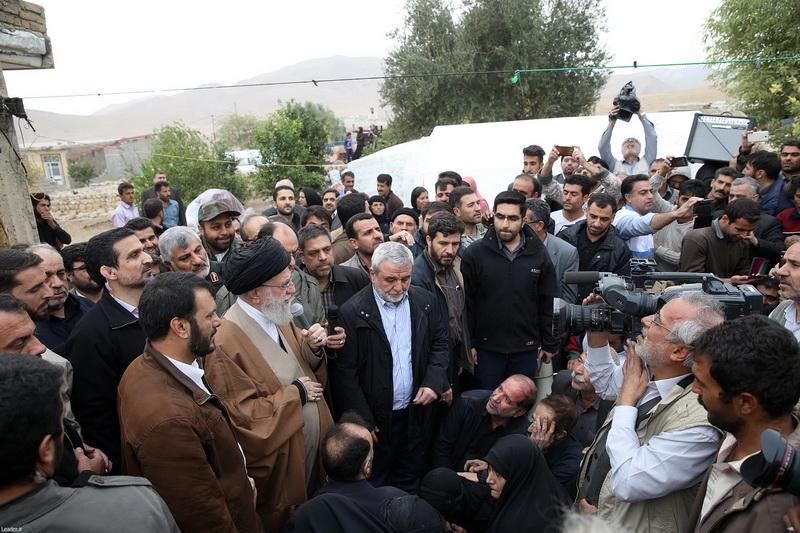 رهبر معظم انقلاب اسلامی در بازدید از روستاهای زلزلهزده