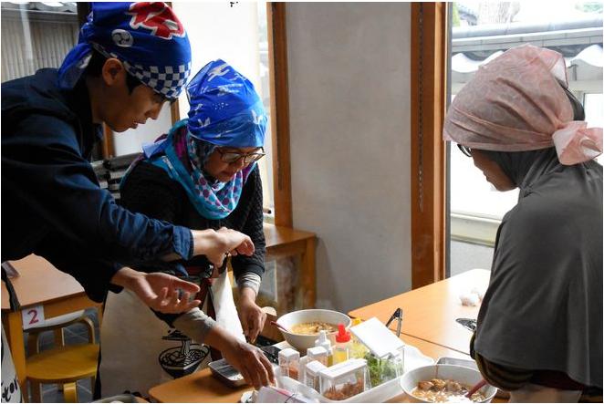 در رستوران حلالی در ژاپن گردشگران مسلمان خودشان آشپزی میکنند
