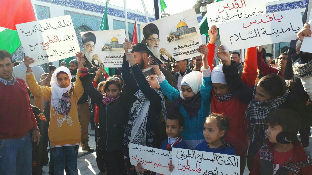 تجمع مردم سوریه در اعتراض به اقدام آمریکا علیه قدس در حرم حضرت زینب (س)+ تصاویر