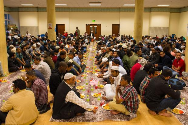 صدها مسجد در سرتاسر بریتانیا سفره های افطاری میان ادیانی می اندازند