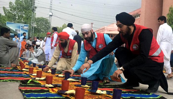 افطار از سوی غیر مسلمانان سیک و مسیحی پیشاور پاکستان برای مسلمانان روزه دار