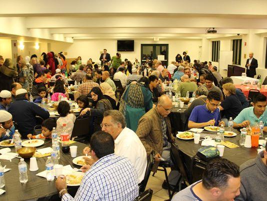 تصاویری از افطار میان ادیانی که در مسجد جامع نیوجرسی برپا شد