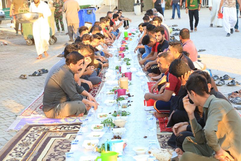توزیع روزانه بیش از ۱۵هزار بسته افطاری در حرم امامین عسکریین (ع)