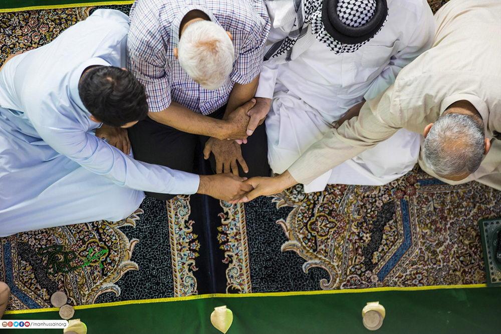 حال و هوای نماز جماعت در حرم امام حسین (ع) در ایام رمضان