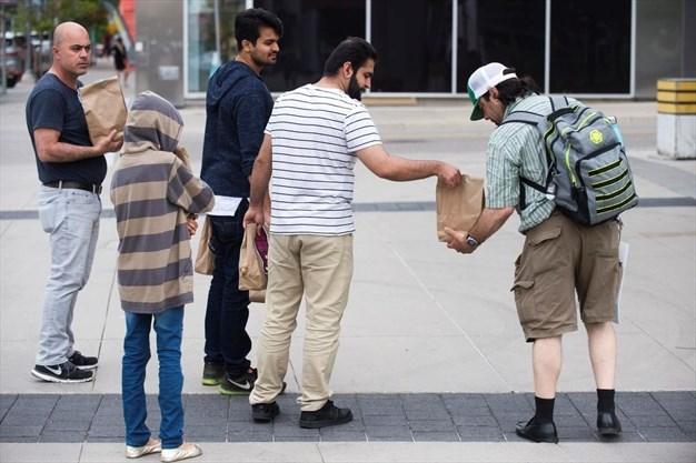 دانشجویان مسلمان کانادایی کیسه های غذا به بی خانمان ها اهداء کردند