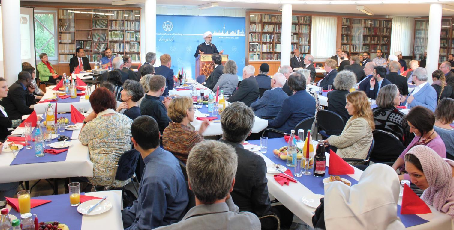 گزارش تصویری از ضیافت شام مشترک مسلمانان و غیر مسلمانان در مرکز اسلامی هامبورگ