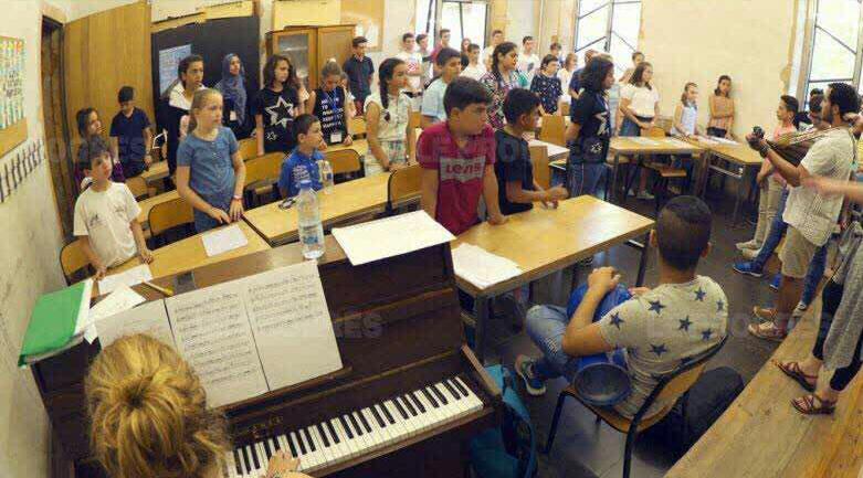 گروه سرود کودکان فرانسه و فلسطین برای صلح در شهر لیون