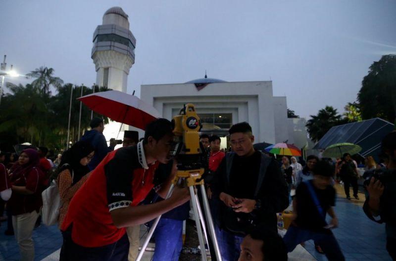 مسلمانان مالزی جهت قبله را با استفاده از خورشید تعیین می کنند