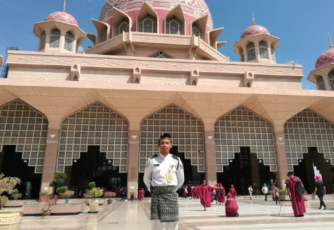 نگهبان مسلمان مسجدی در مالزی به ۷ زبان زنده دنیا صحبت می کند