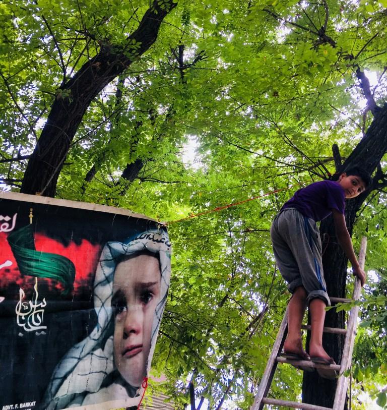 آشنایی با کودکان کشمیری که بنرهای سیاه عاشورایی را به درختان می آویزند