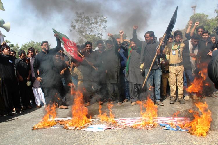 عزاداران امام حسین (ع) پرچم یزید زمان را آتش زدند