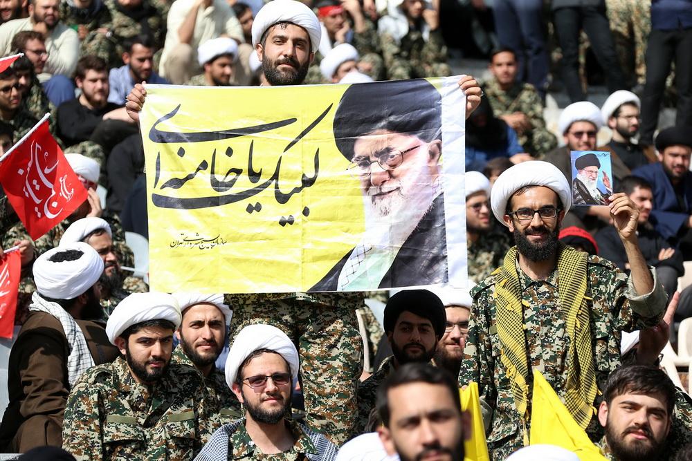 تصاویر/ حضور رهبر انقلاب در  اجتماع دهها هزار نفری جهادگران بسیجی در ورزشگاه آزادی