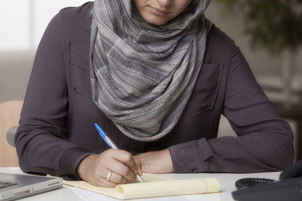 یک زن تازه مسلمان، به خاطر حجاب برای گواهینامه رانندگی با تبعیض روبرو شد