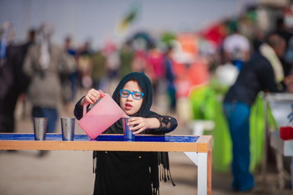 حماسه کودکان در ارائه خدمات به زائران اربعین حسینی