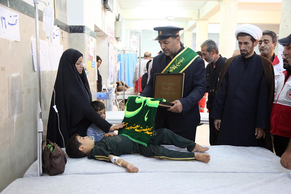 عیادت خادمان موکب حرم حضرت معصومه(س) از بیماران بیمارستان کربلا
