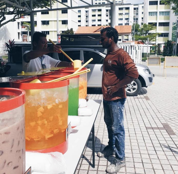 مسجدی در سنگاپور، هر هفته شربت نذری به رهگذران می دهد