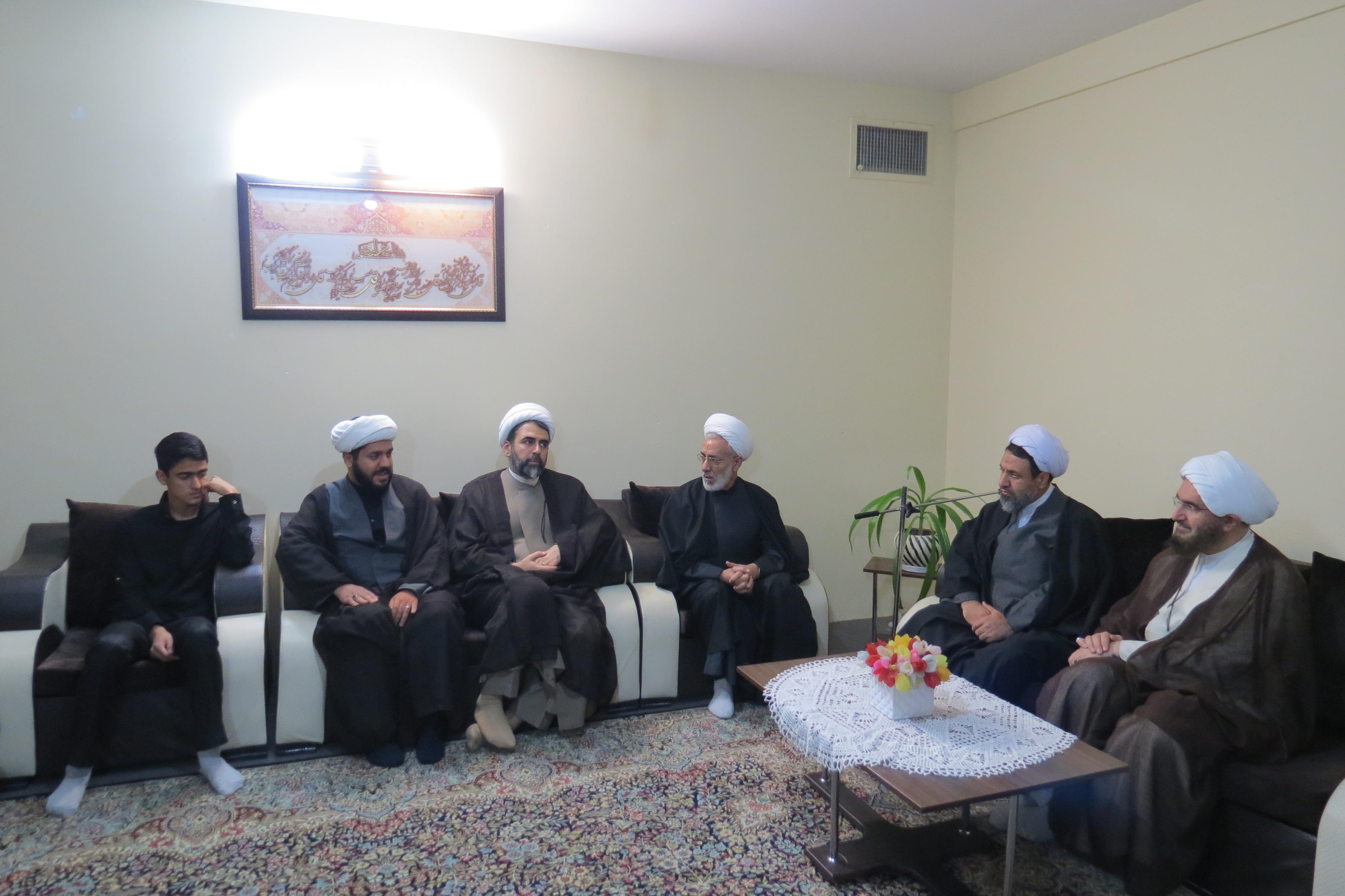 امام جمعه موقت تهران با خانواده مرحوم حجت لاسلام حاجی آبادی دیدار کرد