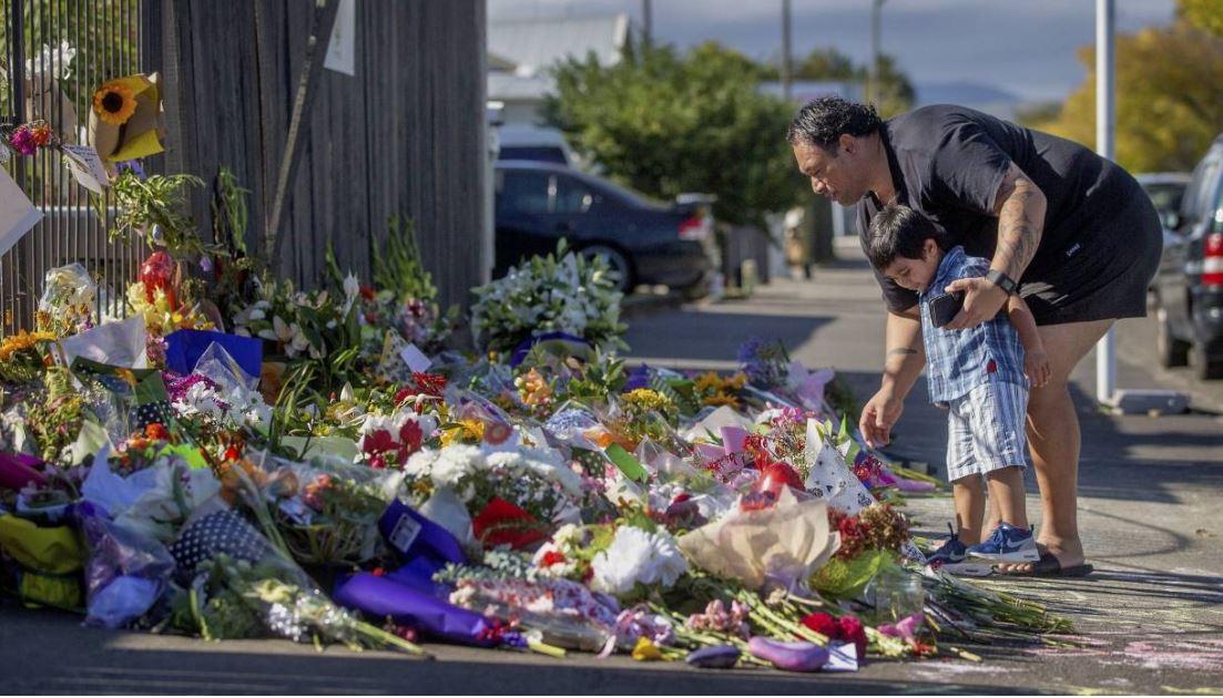 مردی با آرم نازیسم روبروی مسجدی در نیوزیلند پرسه می زد