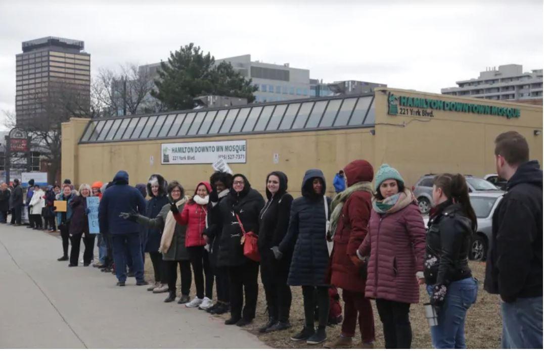 مردم شهر همیلتون، حلقه همبستگی به دور مسجد تشکیل دادند + تصاویر