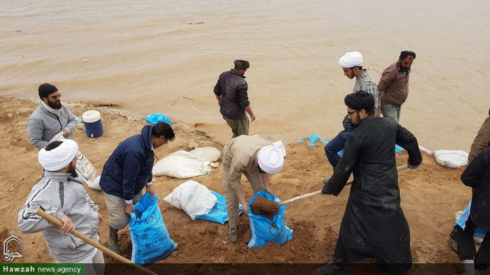 کمک رسانی طلاب به مردم روستاهای سیل زده اهواز