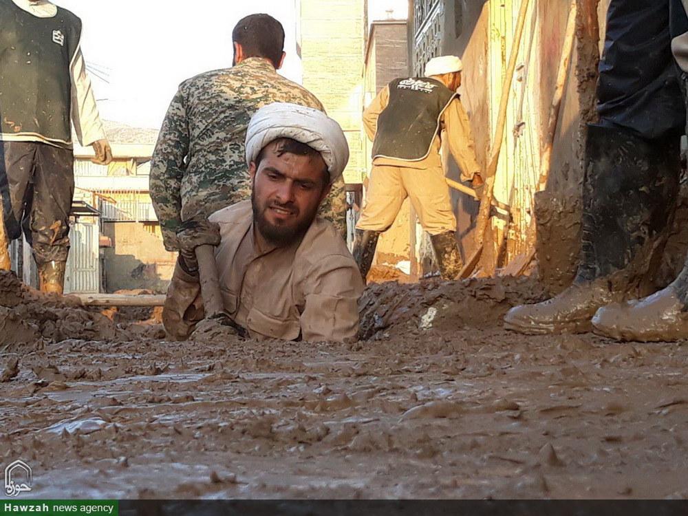 پاکسازی محله های سیل زده پلدختر توسط طلاب و روحانیون