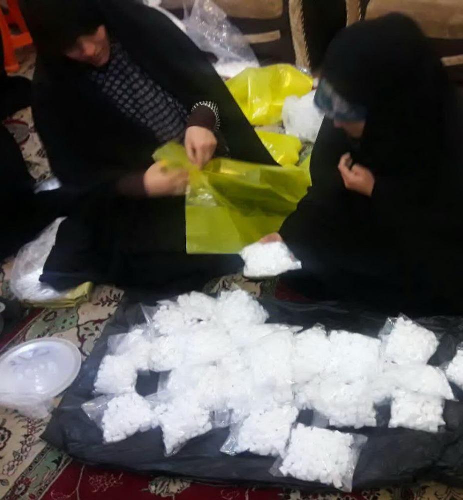 بسته بندی اقلام غذایی برای سیلزدگان توسط  خواهران طلبه مدرسه علمیه حضرت خدیجه (س) ماهشهر