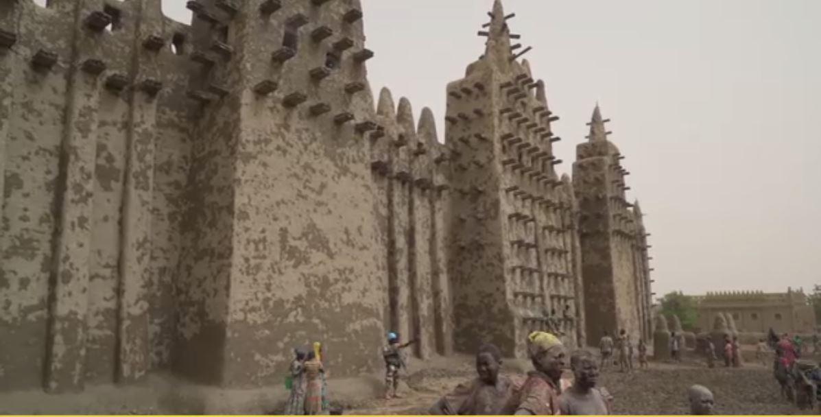 هزاران مسلمان در مراسم گل مالی بزرگترین مسجد خشتی جهان شرکت کردند